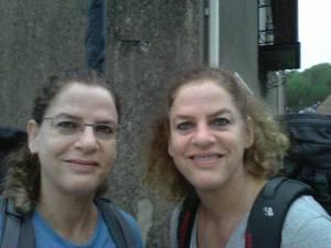 הצילום הזה הוא מן השנה שעברה, בה הלכו התאומות לבית מרזל יחד קטע מהקמינו לסנטיגו דה קומפוסטלה. והוא כמובן מפורסם כאן באישורן. ליתר דיוק, באישורה של יעל:)