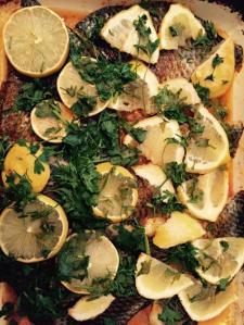 אחרי אכילת הדג מומלץ גם למצוץ את פרוסות הלימון. הן חמימות ורוויות במיצי המשרה. וזה פשוט מעדן.