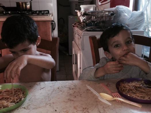 לא ידעתי עד כמה הילדים שלי יכולים להיות מאושרים מספגטי. הנה הם מתמוגגים עליו, היום בצהריים.