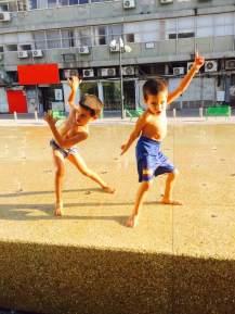 רוקדים במזרקה1
