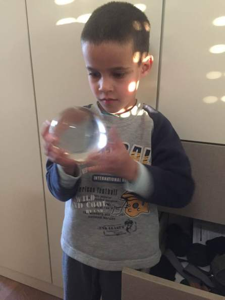 את כדור הבדולח שלי אני שומר כבר למעלה מעשרים שנים במגרת הגרביים. אתמול מיכאל ודניאל מצאו אותו והביטו בו בעניין. לא יכולתי שלא לצלמם עמו, מוארים בקרני שמש גלילית.