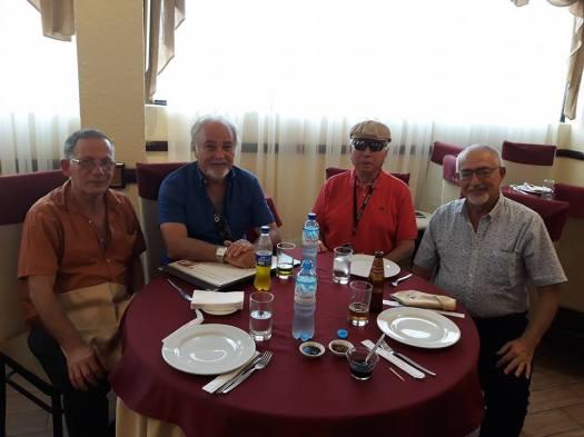 ארבעתנו במסעדה.jpg